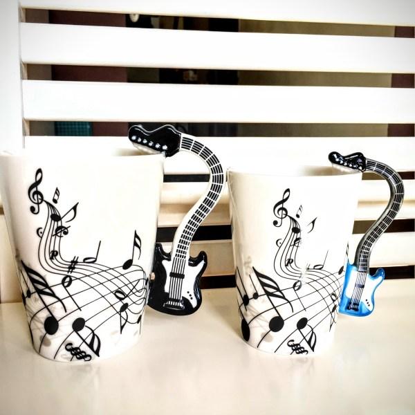 Два размера чаши с дръжки на електрическа китара - голяма черна и малка синя