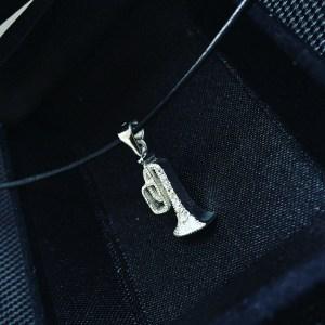 Сребърно колие, висулка сребро, тромпет, музикален инструмент, проба 925, оксидирано сребро, сребърна висулка, елемент, музика, кожена верижка, сребърна закопчалка, камъчета цирконий, 12 броя, бижу, плътно, кутийка, подарък, празник,