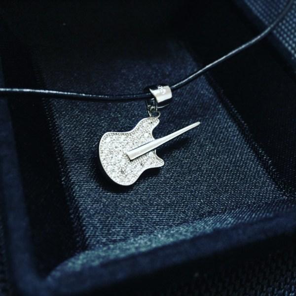 Сребърно комузикален инструмент, китара, виола, цигулка, бас, укулеле, сребро, осмини, осмина, осминка, шестнайсетина, четвъртина, половина, цяла, шестнайсетини, ритмика, такт, ключ сол, ноти, нота, партитура, нотопис, петолиние, музикален инструмент, проба 925, оксидирано сребро, сребърна висулка, елемент, музика, кожена верижка, сребърна закопчалка, камъчета цирконий, 10 броя, бижу, плътно, кутийка, подарък, празник, качествена изработка,