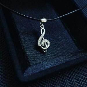 Сребърно колие, висулка сребро, ключ сол, ноти, нота, партитура, нотопис, петолиние, музикален инструмент, проба 925, оксидирано сребро, сребърна висулка, елемент, музика, кожена верижка, сребърна закопчалка, камъчета цирконий, 12 броя, бижу, плътно, кутийка, подарък, празник,