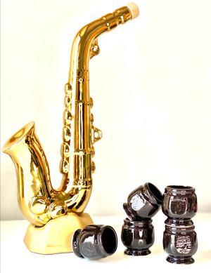 бутилка, вино, луксозна, стъклокерамика, порцелан, саксофон, музикален, инструмент, златен, златист, цвят, подарък, музикант, саксофонист, духов, меден, розе, червено, бяло, чашки, сувенир, статуетка, тапа, обем