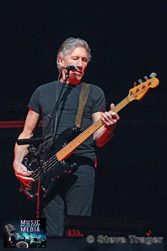 ROGER WATERS IN PHILADELPHIA THE WALL TOUR 2010 PHOTO STEVE TRAGER 12