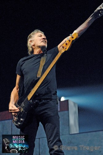 ROGER WATERS IN PHILADELPHIA THE WALL TOUR 2010 PHOTO STEVE TRAGER 21