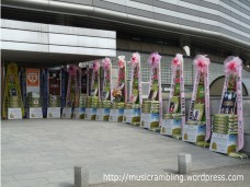 The legendary rice wreaths - a unique feature of Korean concerts and a tradition apparently started by Shinhwa Changjo (Shinhwa's fan club) - placed around the concert venue. And there are lots of them.