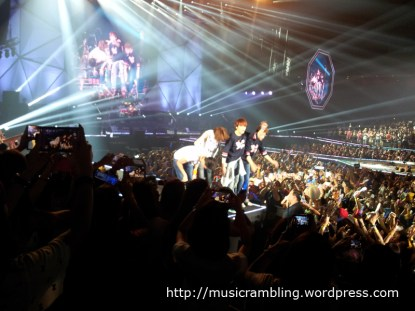 CNBLUE thanking fans at the end of the concert.