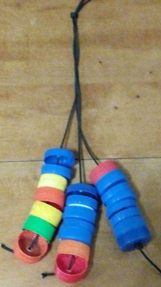 ένα shaker με πλαστικά καπάκια