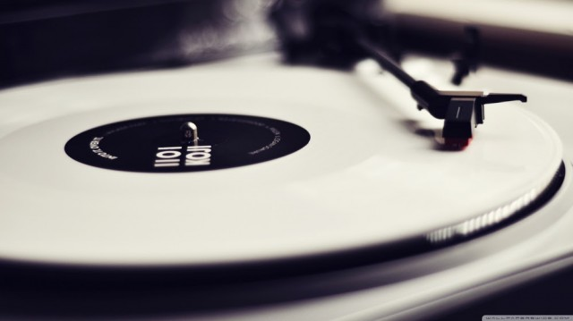 vinyl_record_player_black_and_white-wallpaper-1366x768