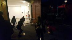 Kerzentanz in stimmungsvollem dunkel vor dem alten Feuerwehrhaus am Getreidemarkt.
