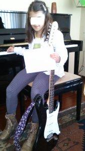 marcela con su guitarra