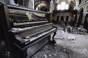 piano abandonado