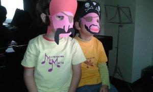 Piratas con camiseta McM