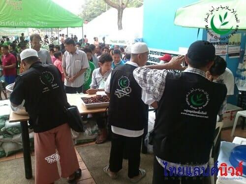 มุสลิมเพื่อสันติเปิดครัวปรุงอาหารช่วยผู้อพยพ มธ.รังสิต