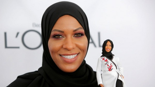 Olympic fencer Ibtihaj Muhammad holds a Barbie doll made in her likeness as she attends the 2017 Glamour Women of the Year Awards at the Kings Theater in Brooklyn, New York, U.S., November 13, 2017. REUTERS/Andrew Kelly - RC1A48806CA0