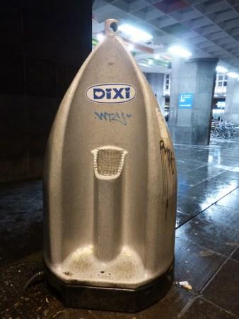pisuar przy dworcu Gare du Midi