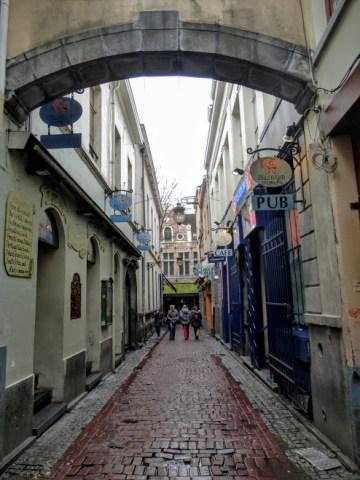 uliczka w której znajduje się Jeanneke Pis