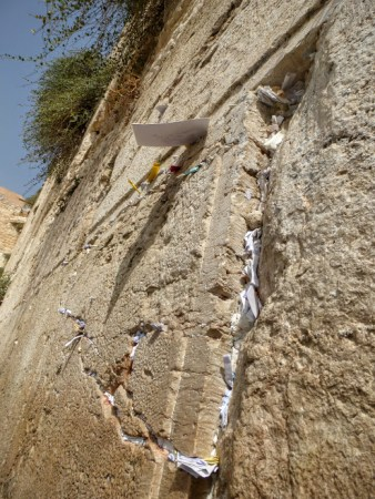 29. Jerozolima - karteczki z modlitwami w Ścianie Płaczu