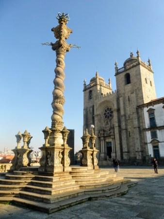 3. Katedra Se do Porto, z przodu pręgierz