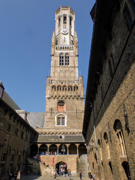 1. Wieża widziana z dziedzińca
