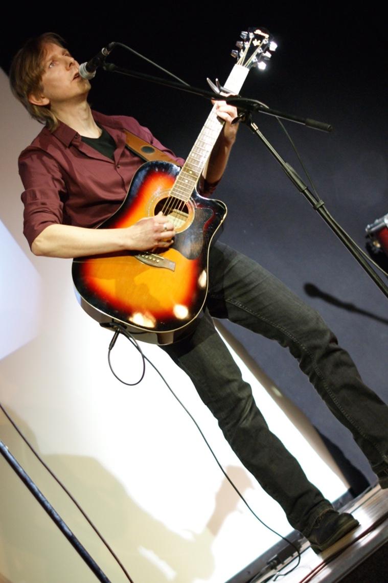 Ralf Dee. Der Bassist an der Gitarre