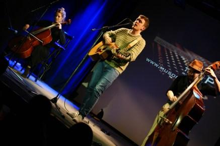 Kam mit Kontrabass und Cello: Gast und 2014 Champion LIANN