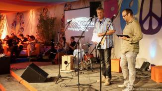Michael Bohlmann und Alex Sebastian moderierten wie gewohnt durch den Songslam. Das Format ist angelehnt an das bewährte Konzept: 8 KünstlerInnen mit je 6 Minuten Bühnenzeit bis der Hahn kräht.