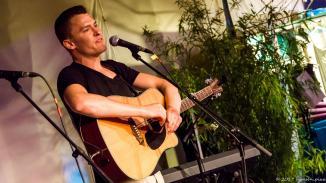 Alex Döring bewies Sinn für soziale Gerechtigkeit und überließ spring und Filip den Rest von seiner Zugabezeit. Er spielte daher nur einen Song.