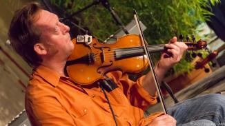 Titus, Tausendsassa und Multiinstrumentalist kam mit Geige und Gitarre auf die Bühne und hat den Abend eröffnet.