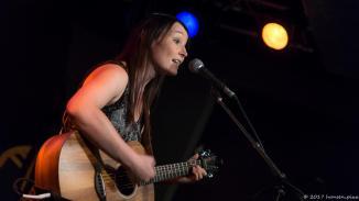 Sonja Zajontz ist ebenfalls durch einen Auftritt im Song Slam zum MuSoC Team dazugekommen. Sie macht die Kasse und die journalistische Arbeit. Und ihre Liebe gehört wie allen hier der Musik.