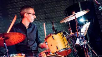 Marc Turiaux ist fester Bestandteil von Alex Sebastians Band. Marc hat alles schon getrommelt und arbeitet mit Alex seit Jahren in vielen Projekten zusammen, wenn er nicht gerade das Trommeln lehrt.