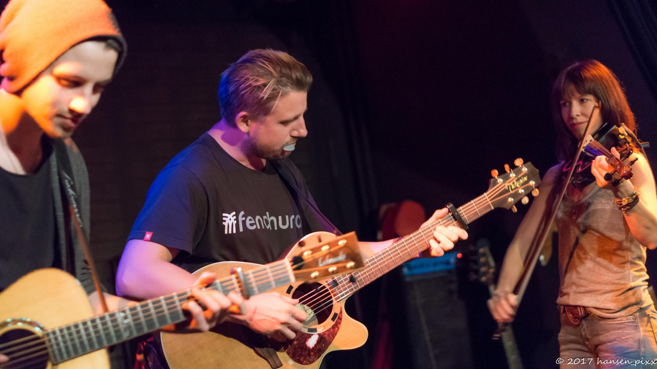 Vorletzter Act des Abends ist der MuSoC #open Jahreschampion 2015 Ryan Inglis, der seitdem immer gern mit Sebastian Klein an der Gitarre und Saskia Götz an der Violine tourt. Ryans Songs alleine haben Ohrwurmcharakter, in der Formation werden sie zu genialen Gesamtpaketen.