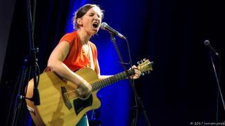 Helga Brenningers Motto: sing es bayerisch, aber sing es laut. Therapeutische Mundartkunst ohne Untertitel.