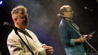 Eröffnung der MuSoC #open 2017 Champions night durch Michael Bohlmann (l.) und Alex Sebastian (r.). Der Nebel sollte sich bald verziehen. Michael bediente sich für seine Auftritte den ganzen Abend über aus dem Kostümfundus. Es ging los in beige.