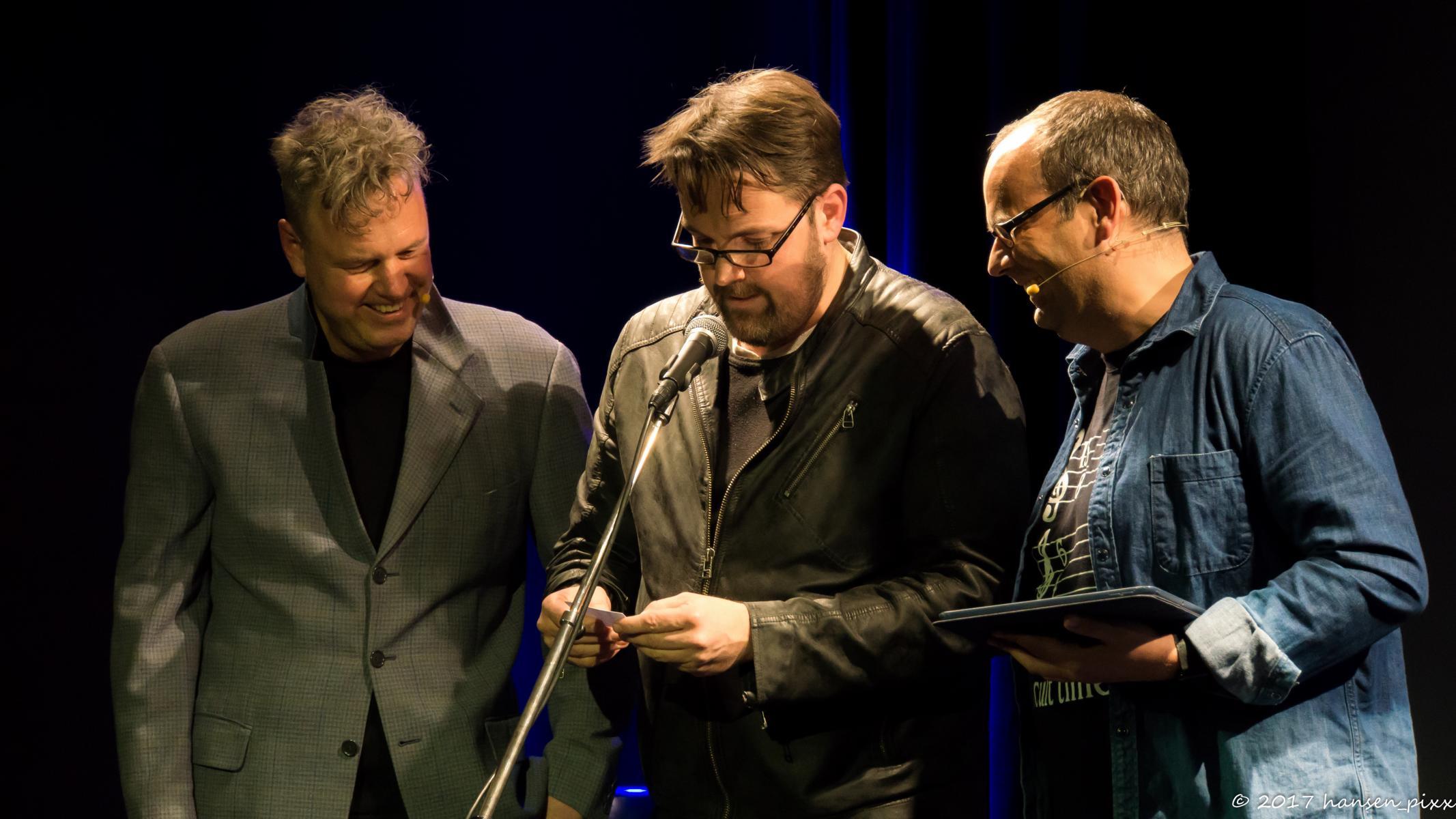Es gibt immer mehrere Gewinner am Abend auf der und von vor der Bühne. André Hartmann durfte als Losfee die Publikums-Gewinnerin des Abends ziehen.