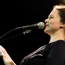 Kann Pressemitteilungen: Katrin Freiburghaus machte aus dem Songslam einen Textslam und gab wertvolle Tipps für Vorstellungsgespräche. Im Mai kommt sie wieder, diesmal mit Songs.