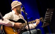 Der Hoaddntreiber treibt seine Gitarre zu Höchstleistungen an.