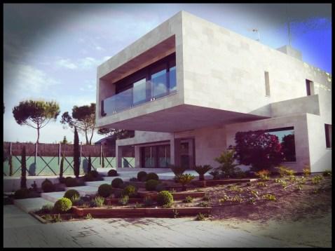 vista principal edificio jardín aravaca