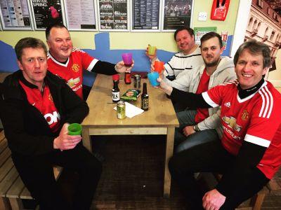 Tommy, Berra, Rune S, Carl och Christer smakar öl på vandrarhemmet