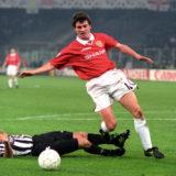 Manchester United's Roy Keane (r) gets past Juventus's Ciro Ferrara (l)