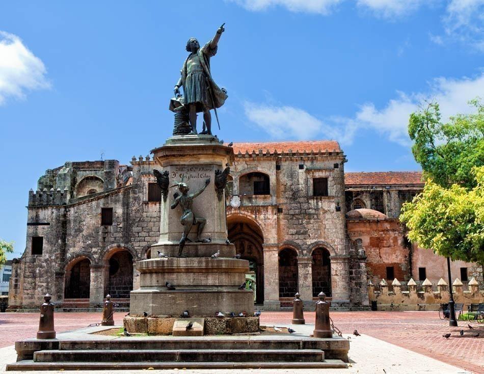 Famous Columbus Statue and Cathedral, Parque Colon, Santo Domingo | Dominican Republic Free Travel Guide