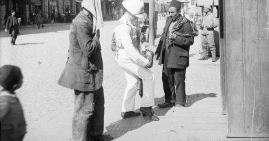 İngiliz Askeri Türk Hamalının Çantasını Arıyor