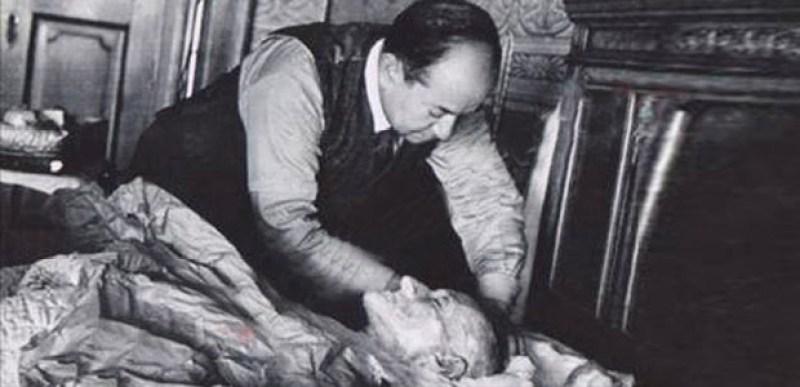 Atatürk Öldükten Sonra Hıristiyanlık Adeti Gereği Elbiseler Giydirilerek Mi Tabuta Konuldu?