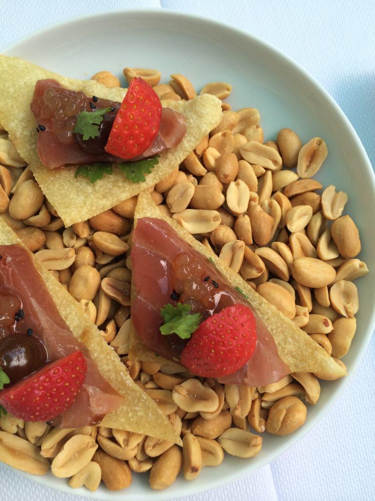 Wonton with tuna and strawberries
