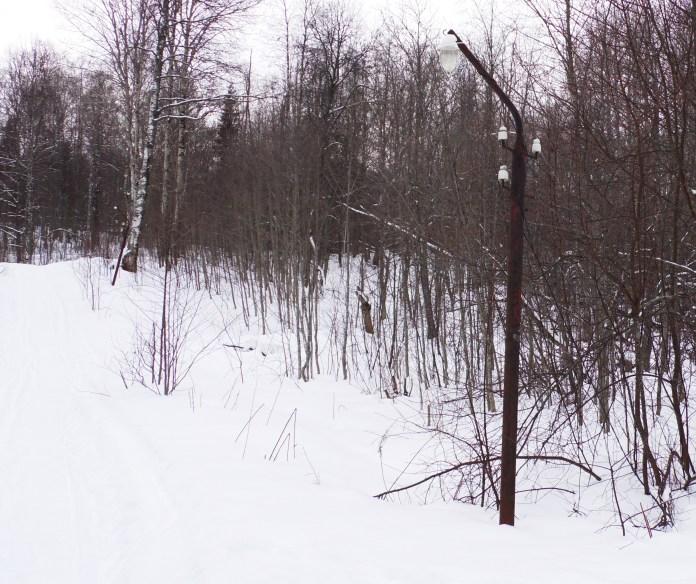 Пешеходные дорожки завалены снегом и не освещены. Фото: Алексей Владимиров