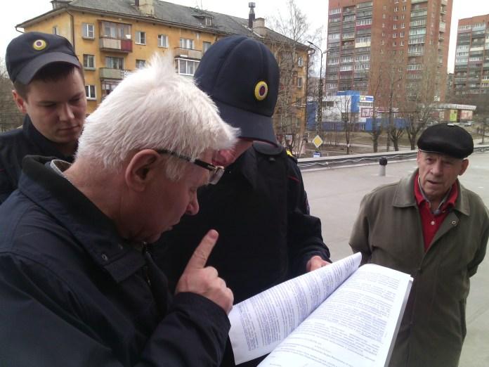 Михаил Гошкиев зачитывает решение суда. Фото: Валерий Поташов