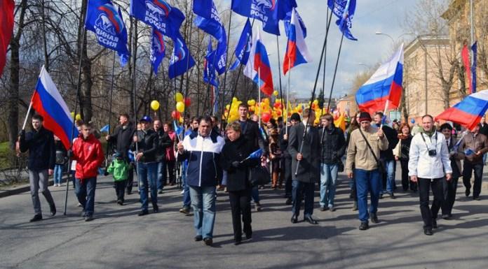 """Карельские """"единороссы"""" маршируют по Петрозаводску. Фото: karel.er.ru"""