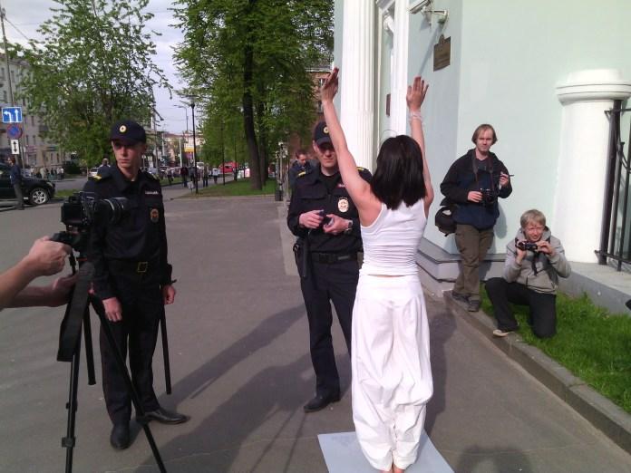 Йога перед зданием правительства Карелии. Фото: Валерий Поташов
