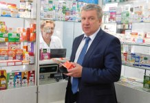 Перед встречей с жителями Олонца губернатор заехал за лекарствами в аптеку. Фото: mustoi.ru