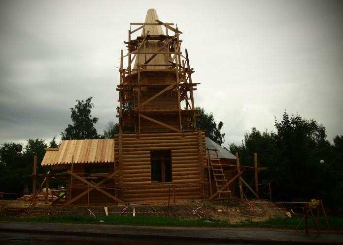Новый храм из оцилиндрованных брен архитектурным шедевром назвать сложно. Фото: Валерий Поташов