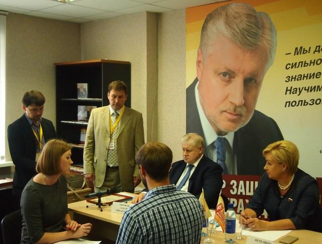 Встреча с гражданами под собственным портретом. Фото: Валерий Поташов