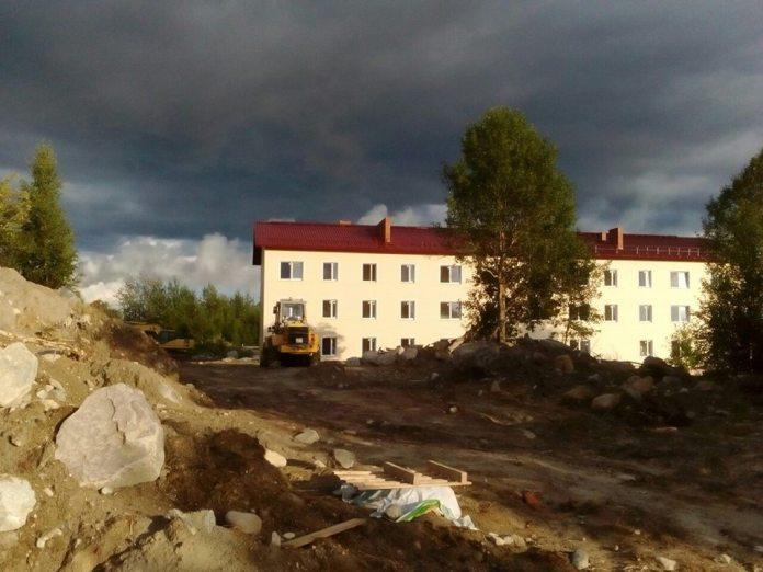 Этот дом по программе расселения аварийного жилья в карельском городе Сегеже возводит фирма